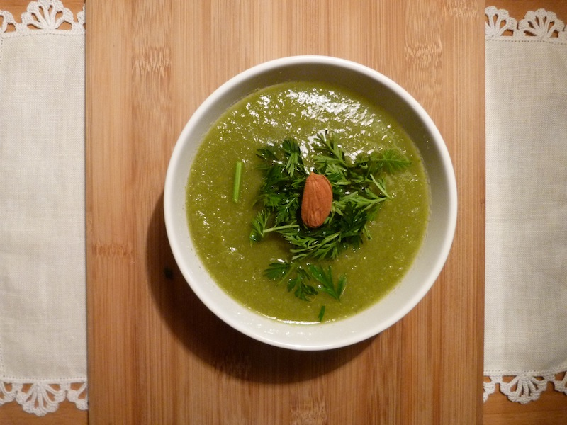 sopa verde com rama de cenoura