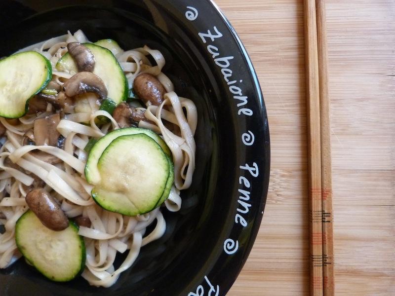 Noodles com cogumelos e courgette